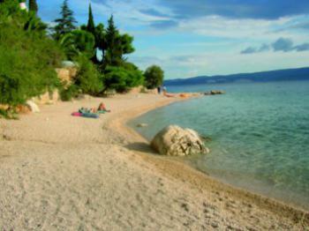 Omiš-Nemira, pláž