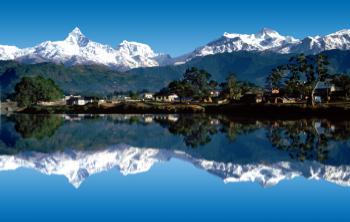 Pokhara, pohled od jezera Phewa na Himaláje - Fish Tail a oblast Annapurny.