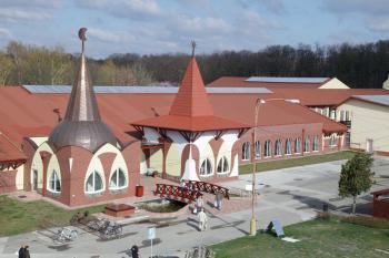 Velký Meder, vstupní budova
